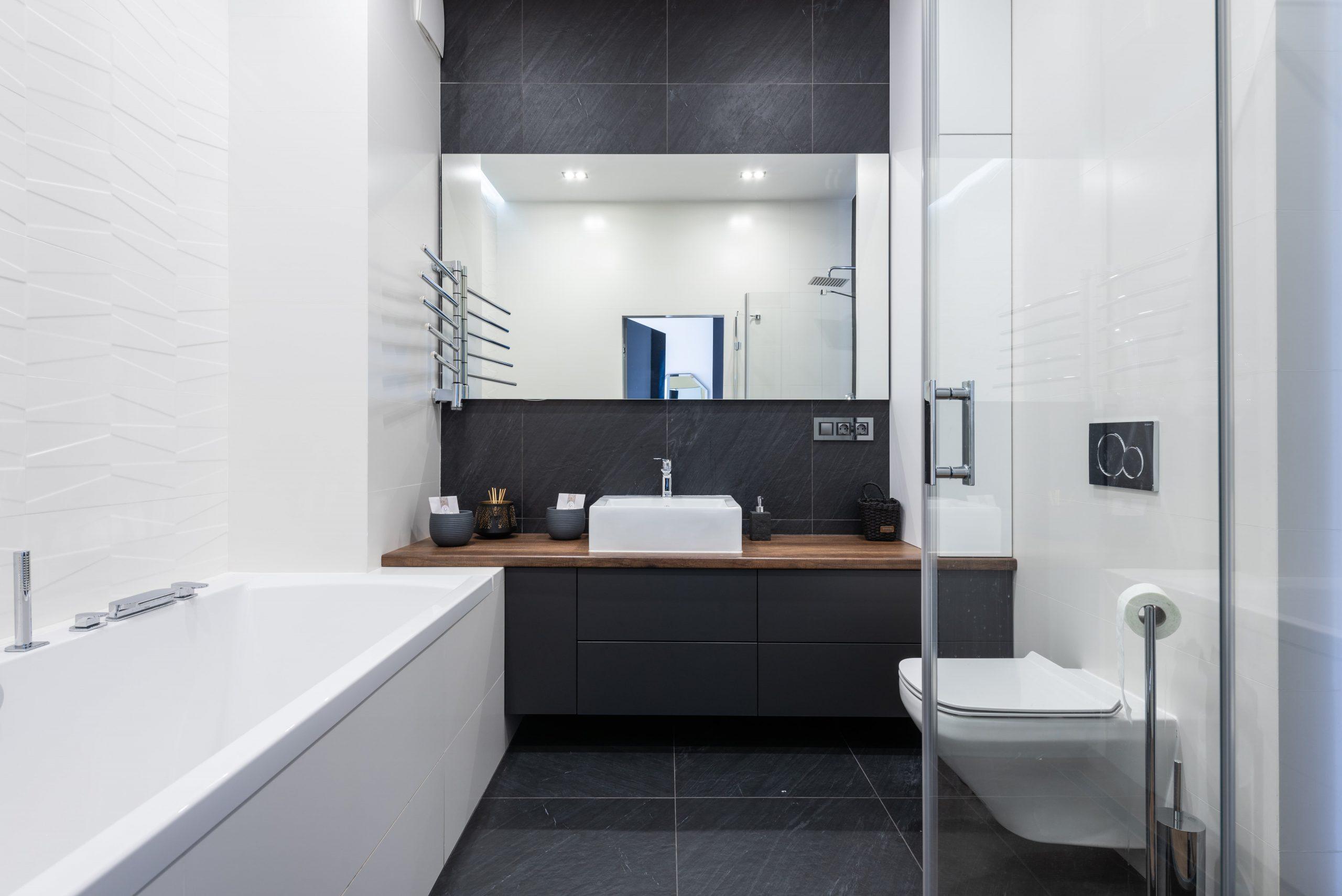 Voegen tegels schoonmaken en ontvetten in de badkamer en keuken